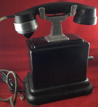 Antiguo teléfono metálico, magneto, LM Ericsson