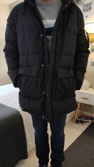 Parka con capucha, color negro
