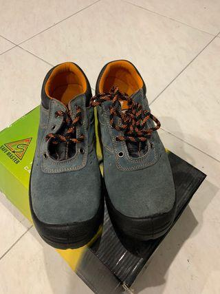 Zapatos protección Talla 41 y otros de talla 45
