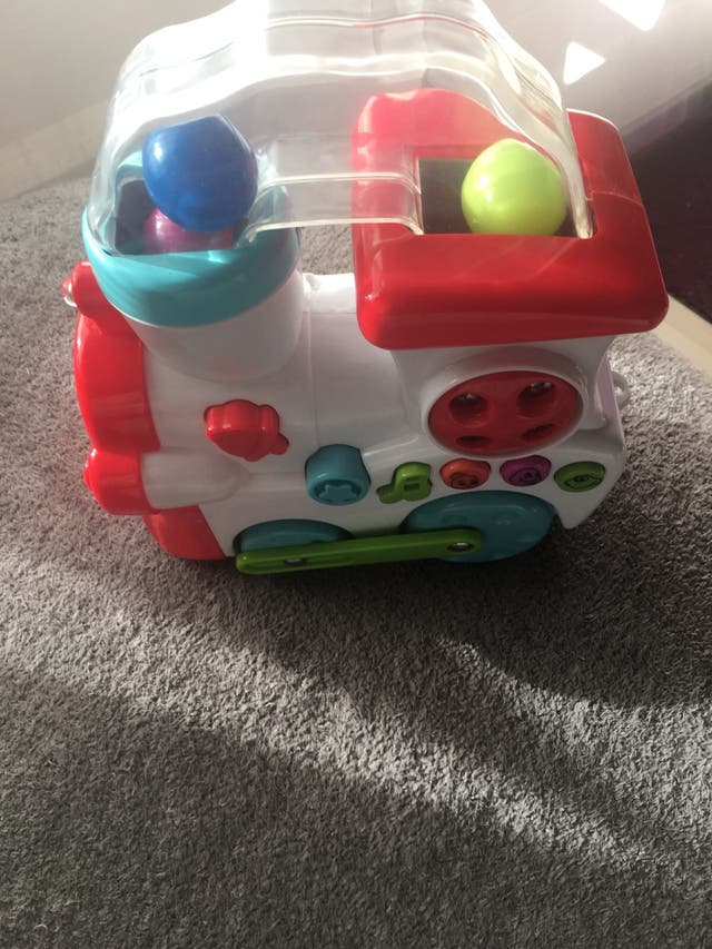 Tren de juguete con bolas