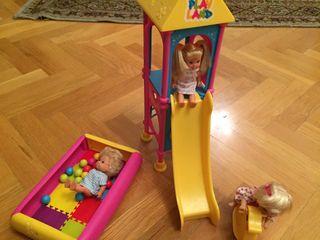 Parque de bolas infantil con muñecos y tobogán.