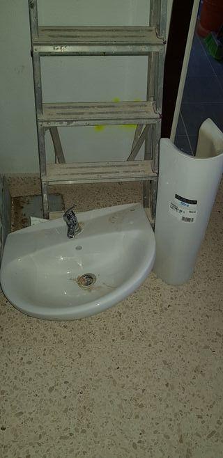lavabo con pie y grifo nuevo