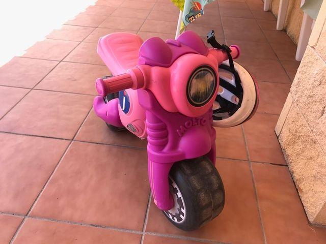 moto rosa con casco