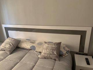 Cabecero de cama con dos mesitas de noche