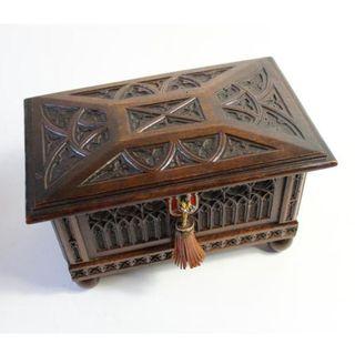 Antigua caja, arca de madera de nogal.