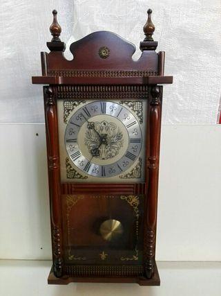 antiguo reloj de pared a pilas