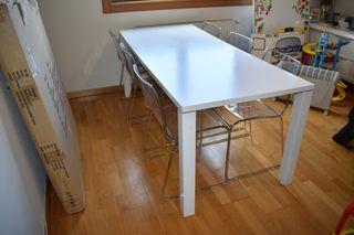 Una mesa de comedor