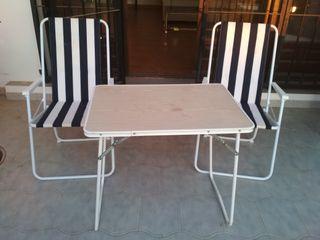 Mesa y sillas plegables.