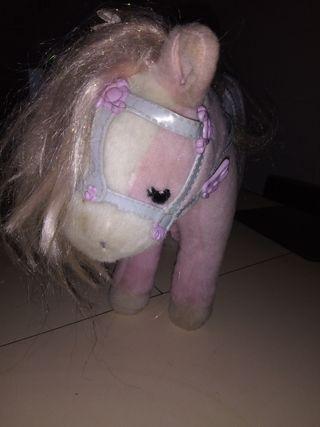caballo con sonido de trote y relincha