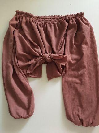 Blusa/ Top con nudo y hombros al aire
