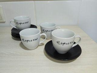 Cuatro tacitas de café con su plato