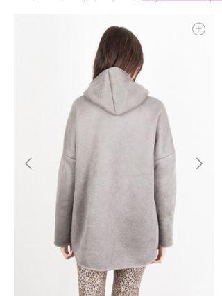 Abrigo de antelina con capucha