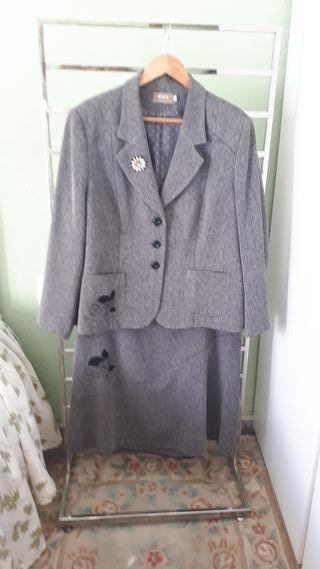traje de chaqueta gris