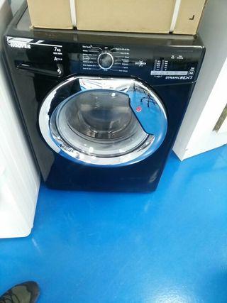 lavadora con pequeña tara hoover negra