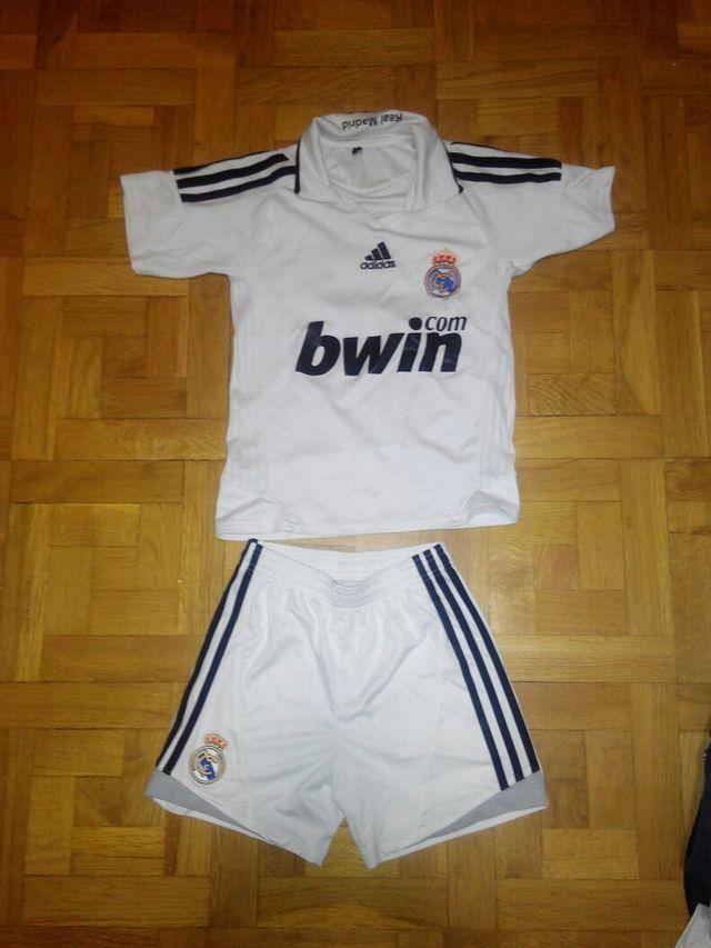 027f2849e9c4b Equipación Real Madrid para niño 6-7 años de segunda mano por 8 € en ...