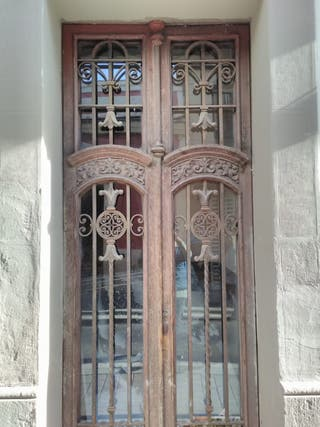 Puerta de madera recien pintada y restaurada