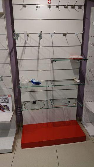 Expositor con estantes variados