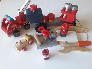 Juego de camiones de madera con herramientas