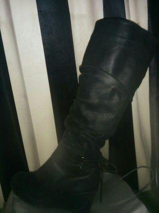 bota negra alta de cuña