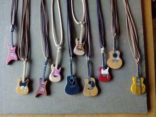 Colgantes y broches de guitarras.Artesania