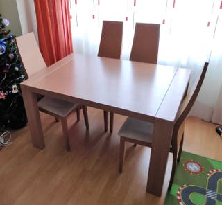Mesa de comedor extensible y cuatro sillas
