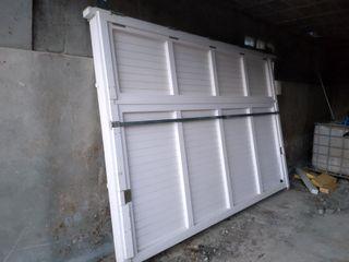 Puerta abatible de garaje