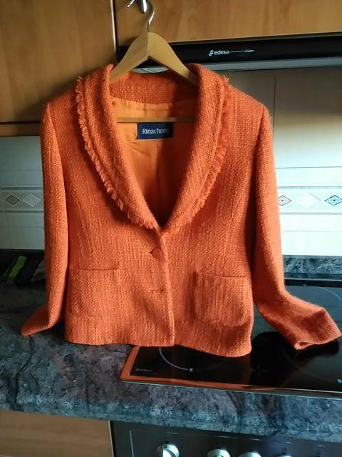 chaqueta color teja