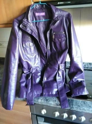 chaqueta polipiel morada
