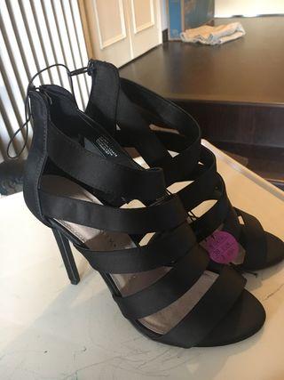 Sandalias nuevas con etiqueta