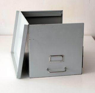 Caja grande de metal para almacenaje, archivador.