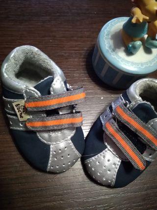 Playero bebe plateado naranjs y azul.