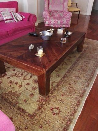 mesa delante de sofa'