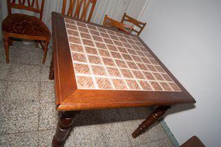 Mesa salón madera y azulejos