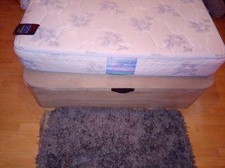 Cama de matrimonio con colchón y cabecero polipiel