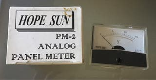 Panel analógico medidor de voltios.