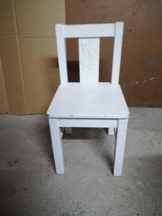 silla pequeña y mesita