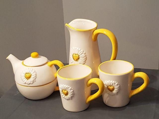 Juego tetera porcelana con dos tazas y una jarra.