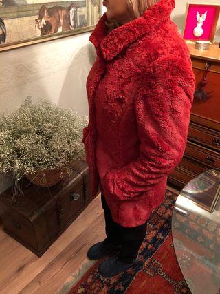 Abrigo rojo fresa pelo corto