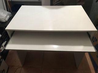 Mesa de ordenador con bandeja extraible