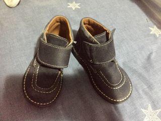 Botas ante niños
