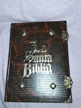 La Santa Biblia con herrajes o herretes.