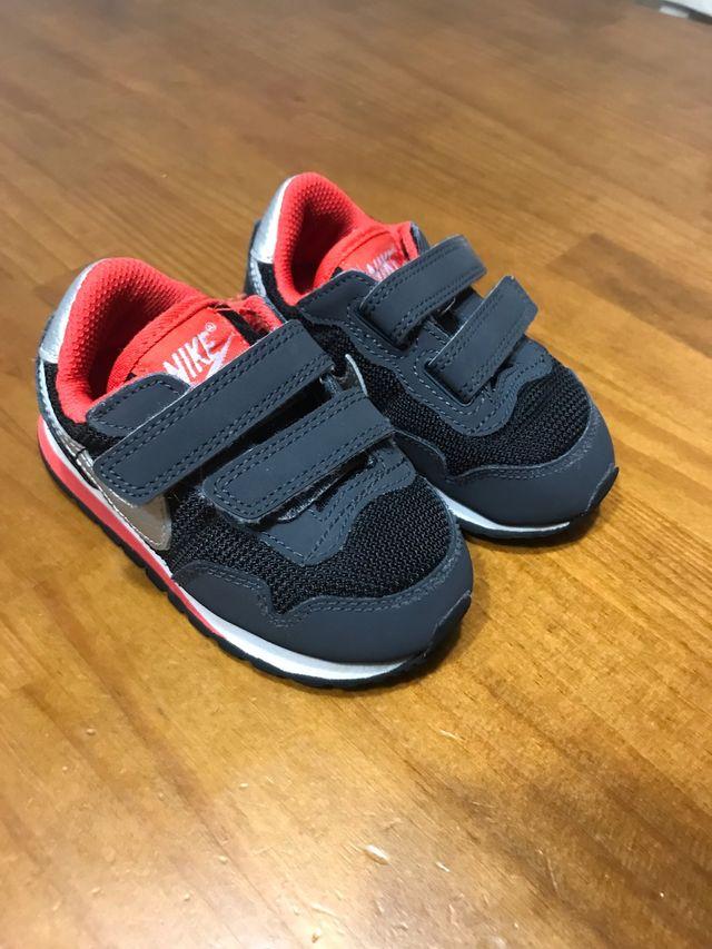 2a7509dd5 Zapatillas Nike niño 21 de segunda mano por 12 € en Loeches en WALLAPOP