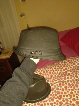 Sombrero negro tachuelas