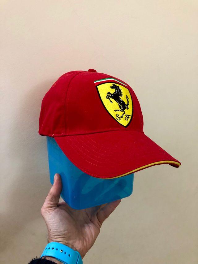 b0bb7b593965f Gorra Ferrari roja. A Estrenar. Producto oficial de segunda mano por ...
