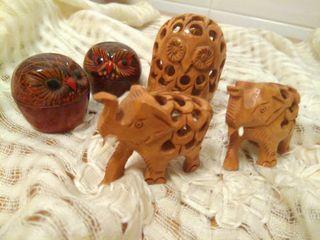 Elefantes y búhos decorativos.