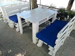 Mesas y bancos en madera para exterior