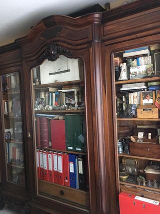 Armario antiguo con tres puertas de cristal