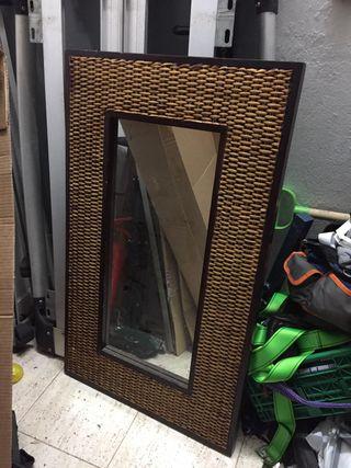 Espejo con marco de madera y rafia