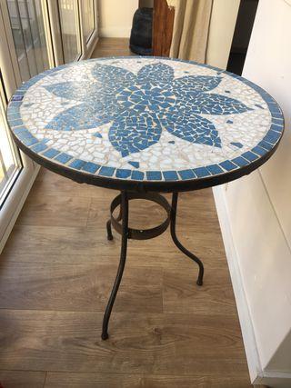 Mesa de mosaico con estructura de hierro