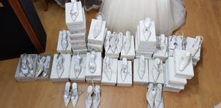 46 pares zapatos de novia stock